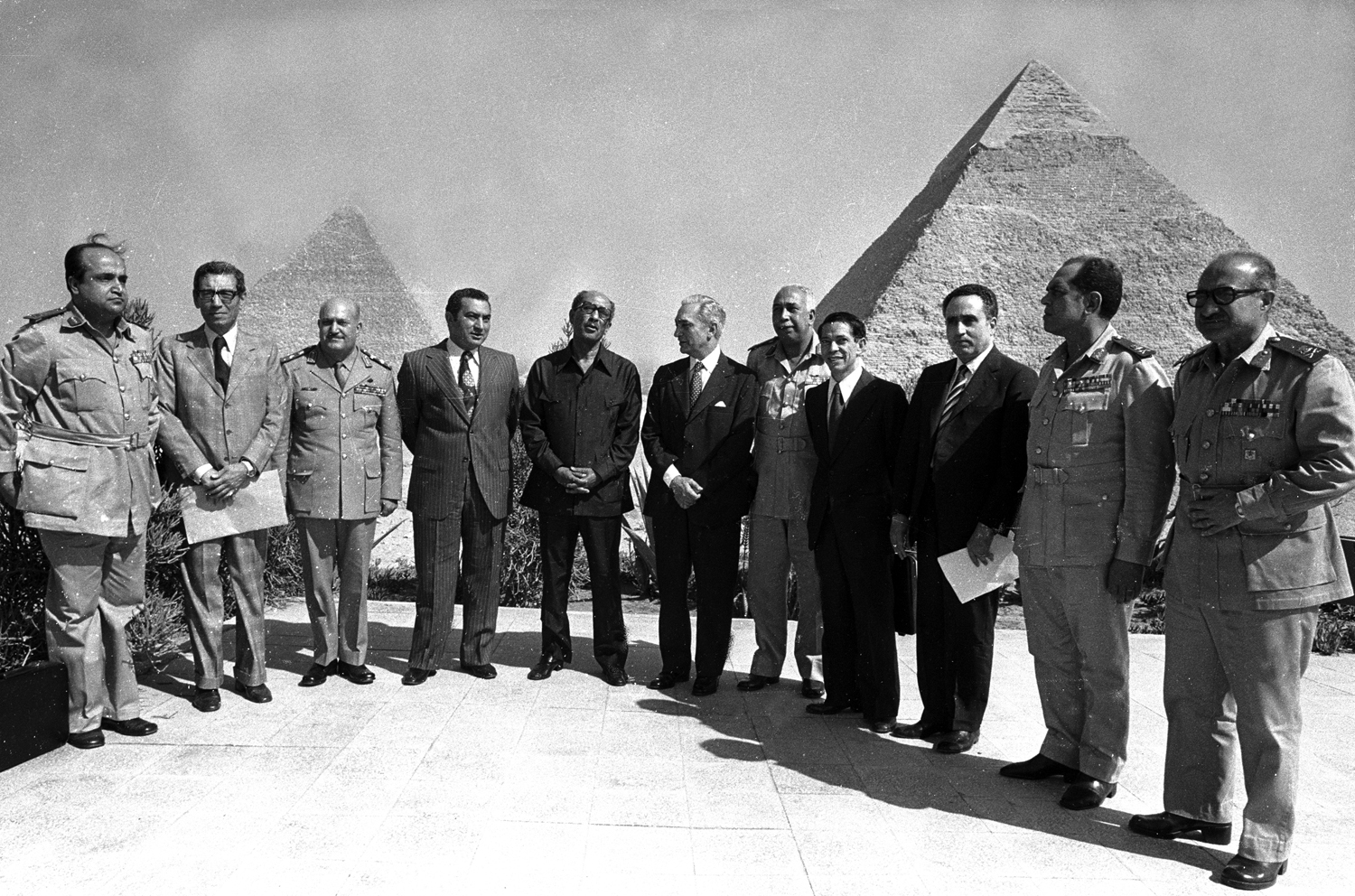 Egyptian President Anwar Sadat with his Cabinet at the Pyramids in Giza, outside Cairo, 1980. : Sadat-Mubarak 1978-1981 : BILL FOLEY