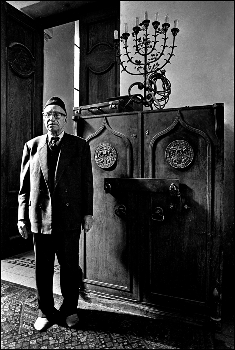 Cantor at the Adley Street Synagogue, Cairo 1980. : Egypt 1978-2018 : BILL FOLEY